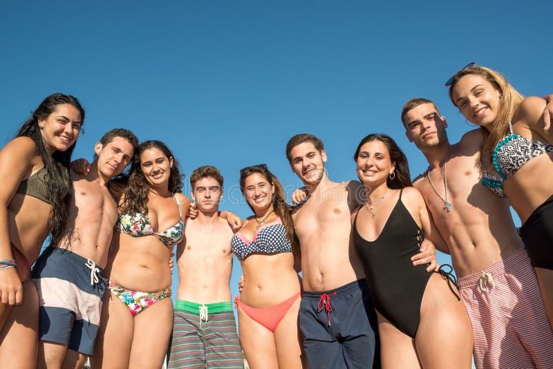 Les jeunes ayant l'amusement à la plage images libres de droits