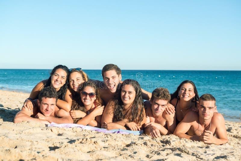Les jeunes ayant l'amusement à la plage photos libres de droits