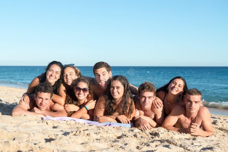 Les jeunes ayant l'amusement à la plage image stock