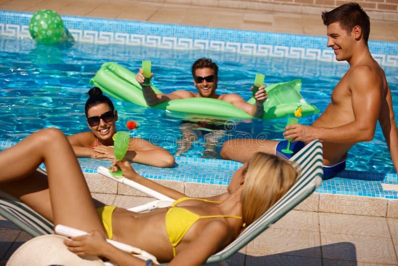 Les jeunes ayant l'amusement d'été dans le regroupement photos libres de droits