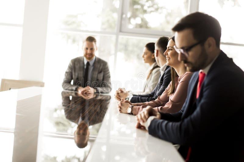 Les jeunes ayant une réunion dans le bureau photos stock