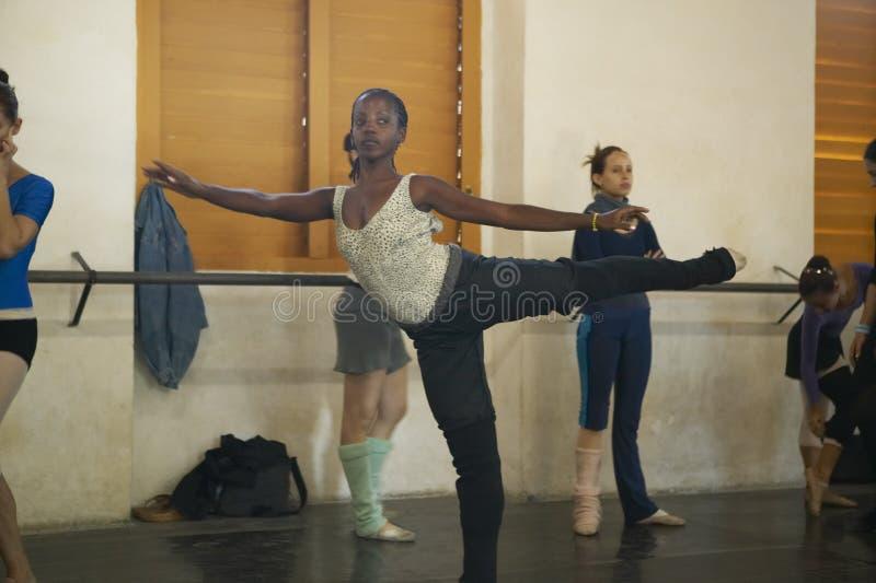 Les jeunes ballerines féminines au pro ballet de Danza dansent le studio et l'école, Cuba images stock