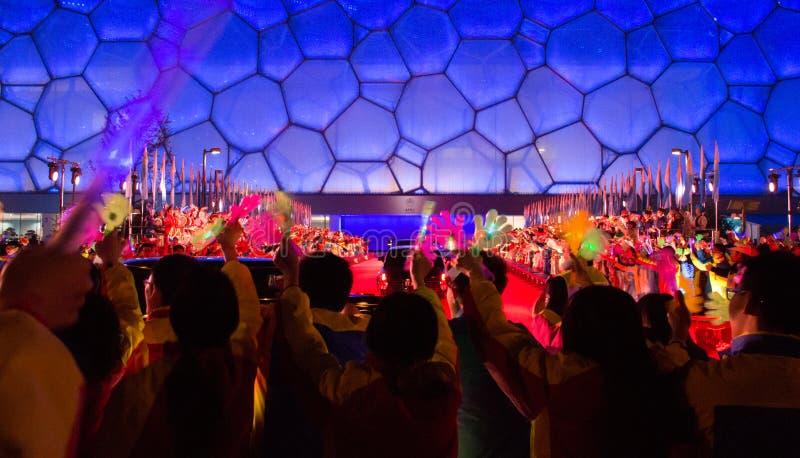 Les jeunes Chinois souhaitent la bienvenue à des chefs d'APEC sur leur arrivée au centre de natation nationale de la Chine photo stock