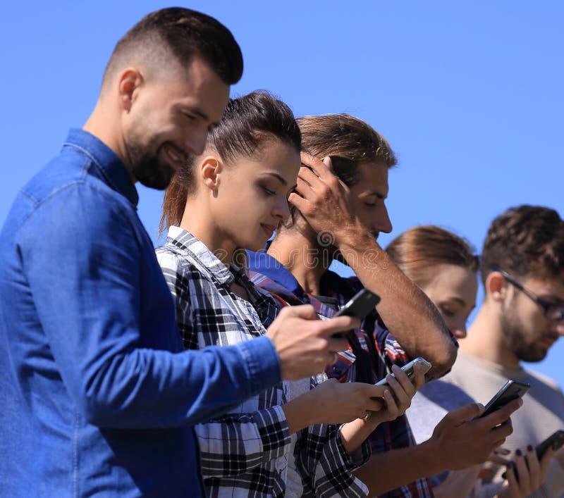 Les jeunes communiquant dans le social réseaux photographie stock libre de droits