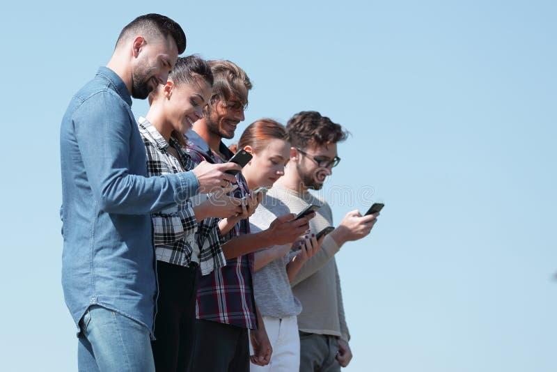 Les jeunes communiquant dans le social réseaux photo stock
