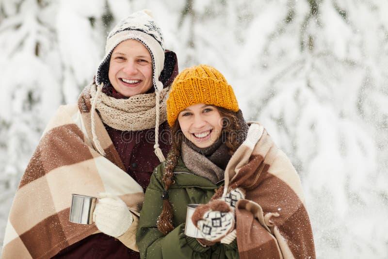 Les jeunes couplent la pose en hiver image stock
