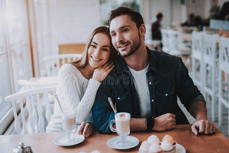 Les jeunes couplent se reposent en café image libre de droits
