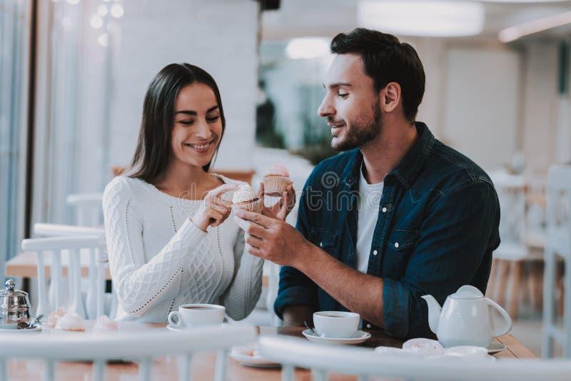 Les jeunes couplent se reposent en café photo stock