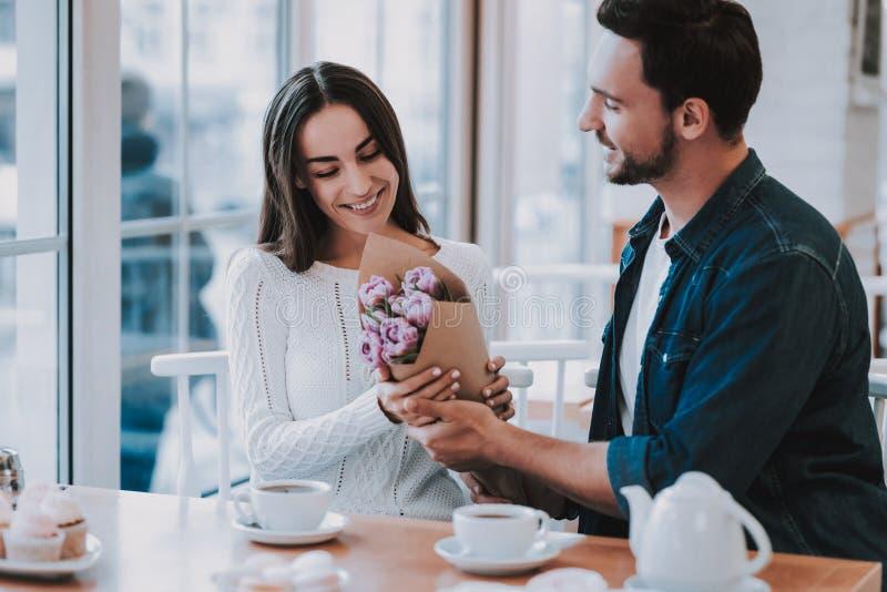 Les jeunes couplent se reposent en café images libres de droits