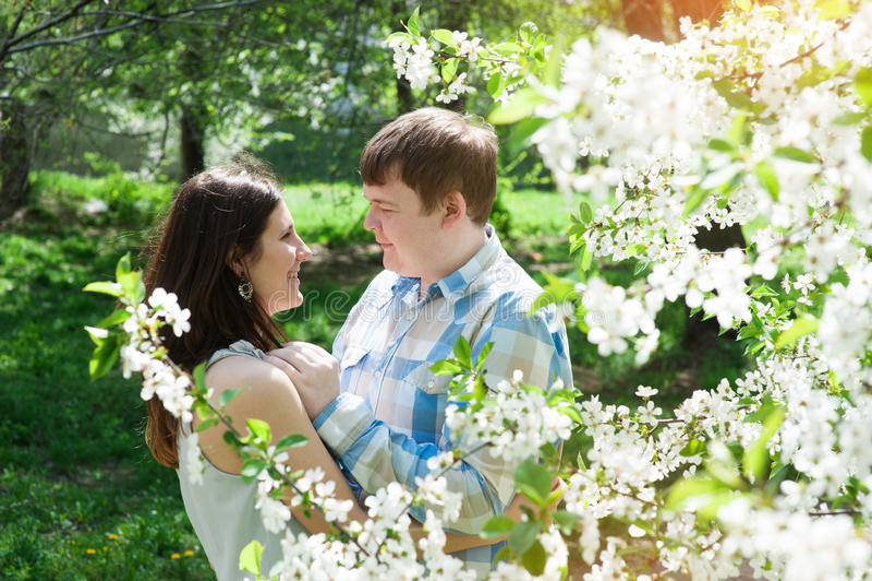 Les jeunes couples affectueux marchant en ressort font du jardinage image stock