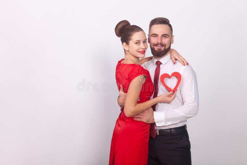 Les jeunes couples célèbrent le jour de valentines, étreindre et le sourire toothy photo libre de droits