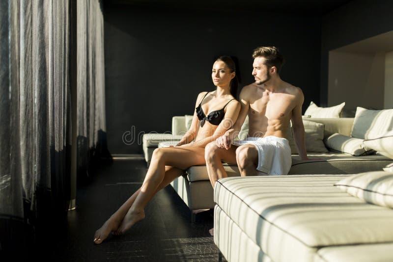 Les jeunes couples détendent et apprécient dans la chambre photos libres de droits