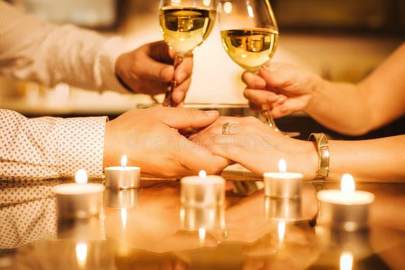 Les jeunes couples dînent romantique avec du vin photographie stock