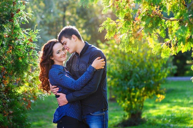 Les jeunes couples dans l'amour marchant pendant l'été se garent photo stock