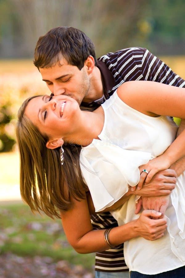 Les Jeunes Couples Dans L Amour Partagent Une étreinte D Amusement Image stock