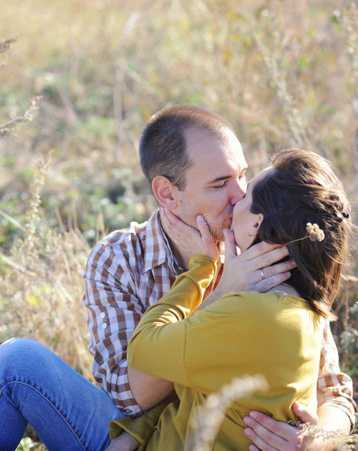 Les jeunes couples de baiser adultes d'amour, ont un repos extérieur, jeune famille photographie stock