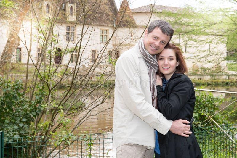 les jeunes couples dehors apprécient le temps en nature à côté du lac de rivière en parc de ville photographie stock libre de droits