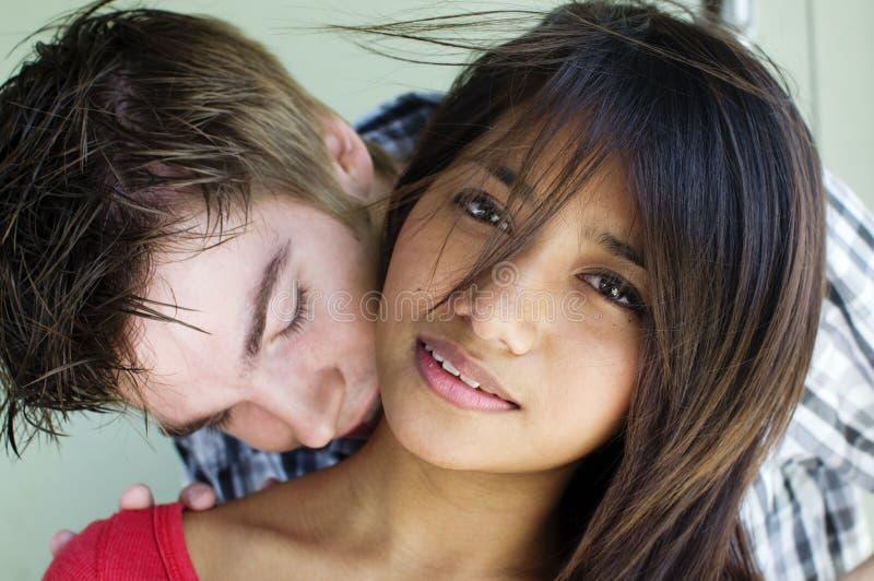 Les jeunes couples embrassent et embrassent photos stock