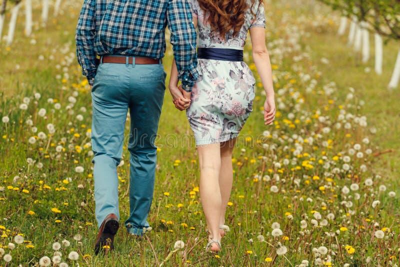 Les jeunes couples heureux attrayants un ressort font du jardinage photographie stock libre de droits