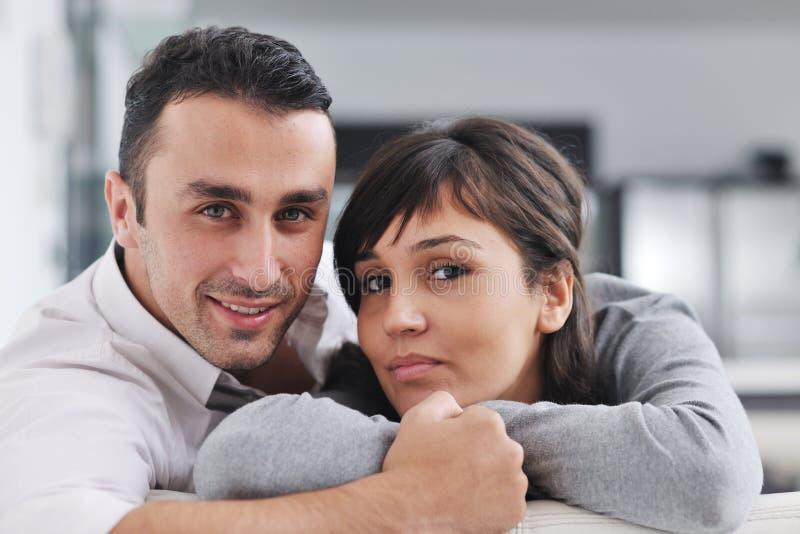 Les jeunes couples heureux détendent à la maison images libres de droits