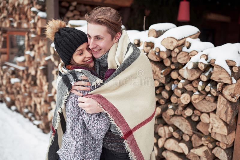 Les jeunes couples heureux en hiver stationnent avoir l'amusement Famille à l'extérieur photo stock