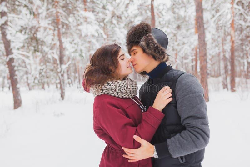Les jeunes couples heureux en hiver stationnent avoir l'amusement Famille à l'extérieur amour, Saint Valentin photographie stock
