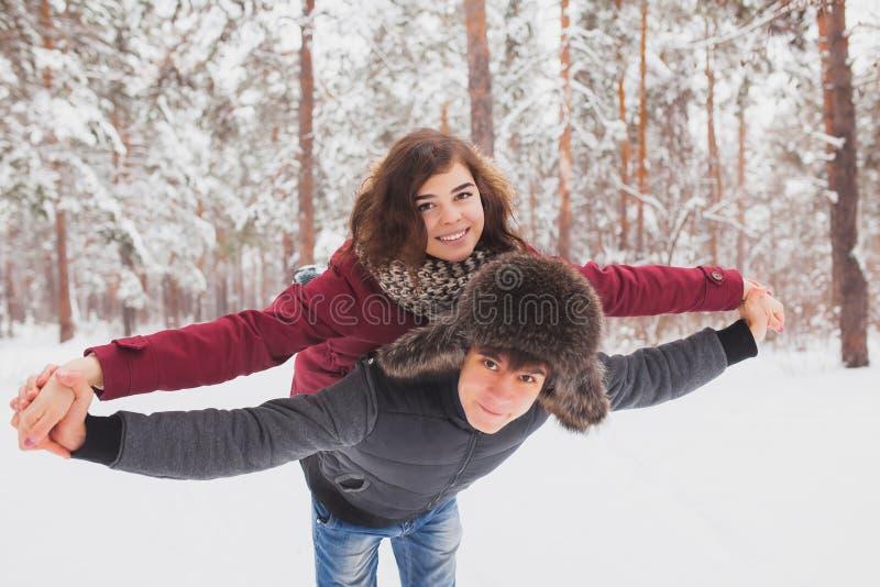 Les jeunes couples heureux en hiver stationnent avoir l'amusement Famille à l'extérieur amour, Saint Valentin photos libres de droits