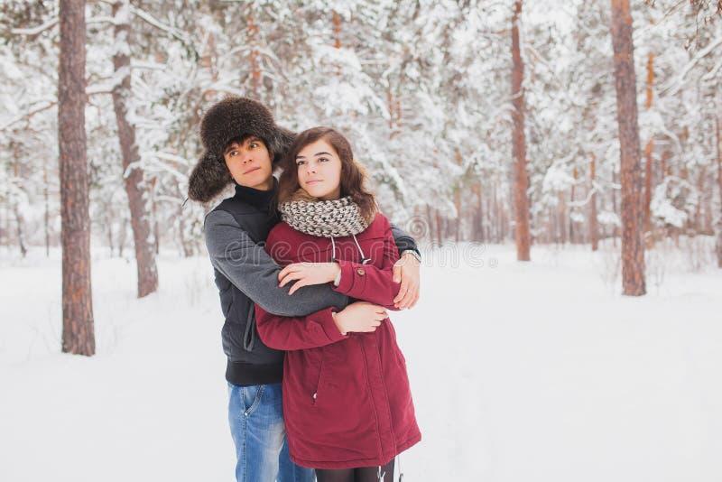 Les jeunes couples heureux en hiver stationnent avoir l'amusement Famille à l'extérieur amour, Saint Valentin photo stock