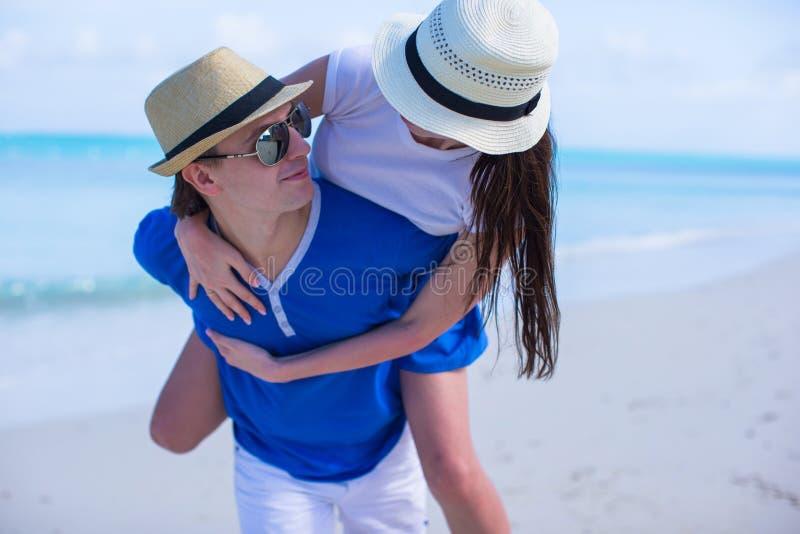 Les jeunes couples heureux ont l'amusement pendant des vacances d'été image libre de droits