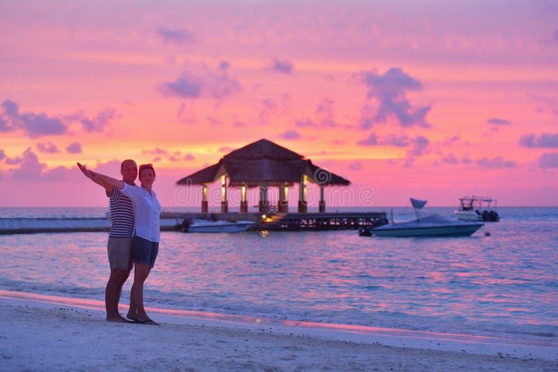 Les jeunes couples heureux ont l'amusement sur la plage photo libre de droits