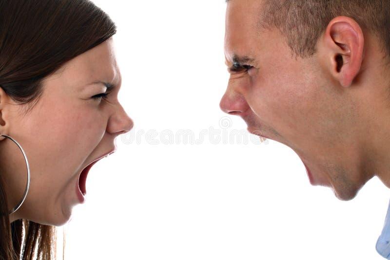 Les jeunes couples hurlant à l'un l'autre ont isolé image libre de droits