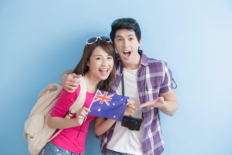 Les jeunes couples prennent le drapeau australien images libres de droits