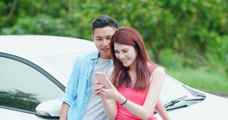 Les jeunes couples prennent un selfie photo stock
