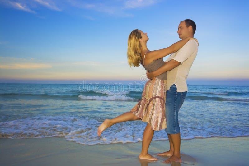 Les jeunes couples s'approchent de l'océan images libres de droits