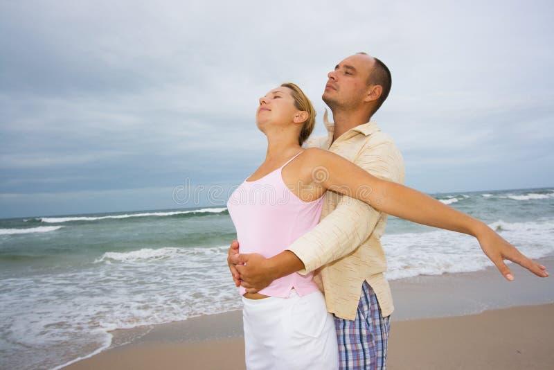 Les jeunes couples s'approchent de l'océan photos stock