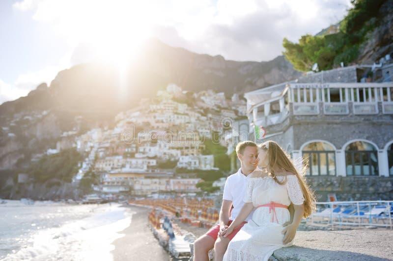 Les jeunes couples s'approchent de la plage dans le jour ensoleillé, Positano, côte d'Amalfi, Italie images stock