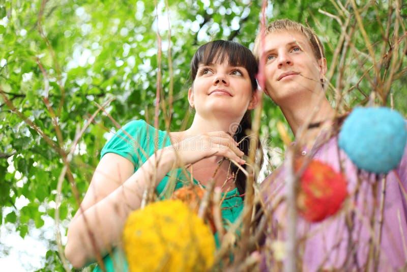 Les jeunes couples s'approchent du branchement photos libres de droits