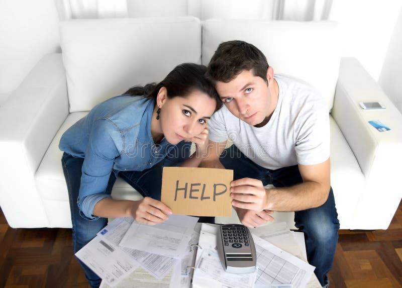 Les jeunes couples se sont inquiétés à la maison dans le mauvais effort financier de situation images stock