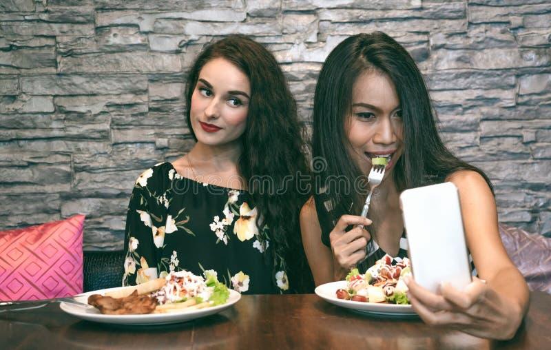 Les jeunes couples sont ont plaisir à manger de la salade photos libres de droits