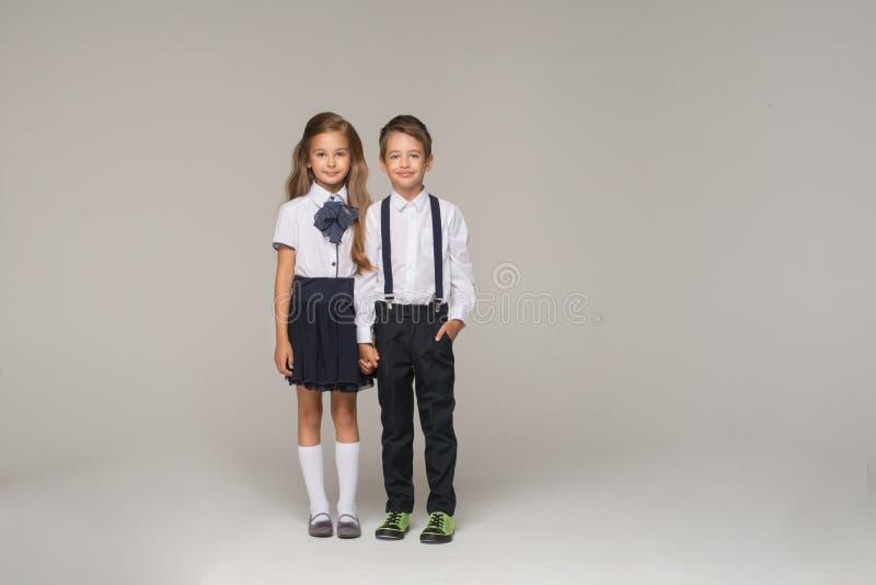 Les jeunes couples vont au premier jour de l'école photos libres de droits
