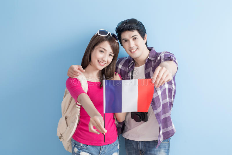 Les jeunes couples vont voyager image libre de droits