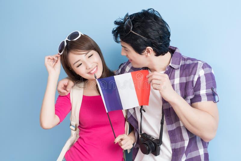 Les jeunes couples vont voyager image stock