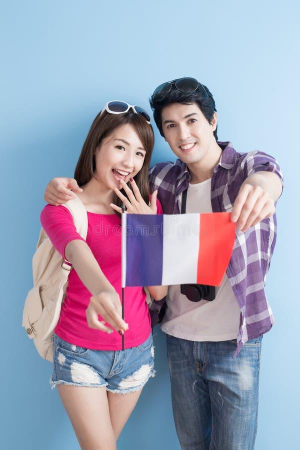 Les jeunes couples vont voyager images stock