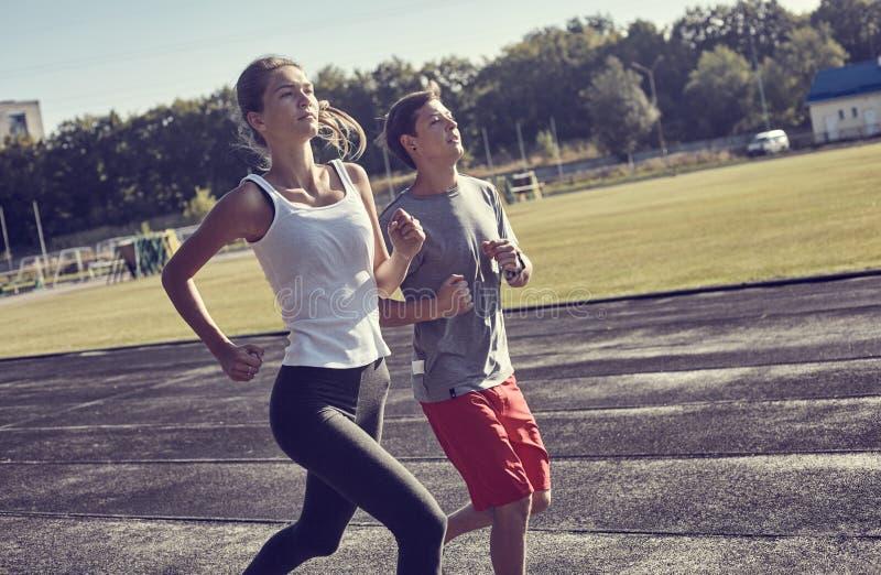 Les jeunes courant dehors Couples des coureurs sur la course de matin photos libres de droits