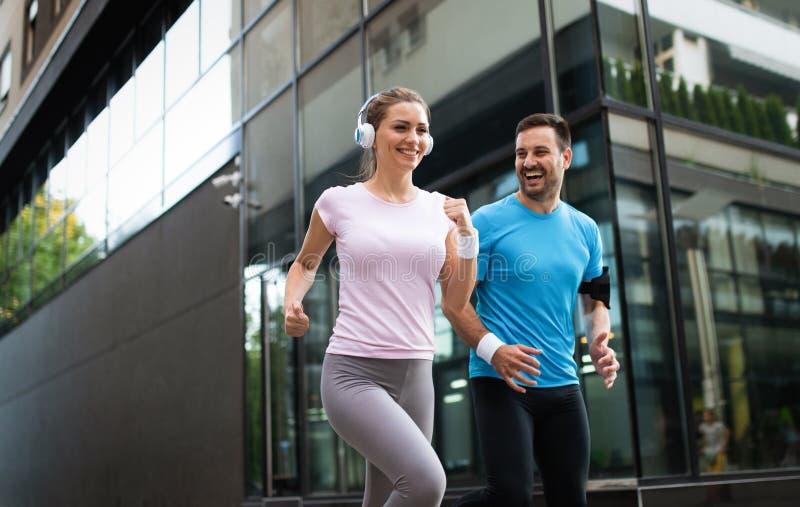 Les jeunes courant dehors Couples ou amis de l'exercice de coureurs photographie stock