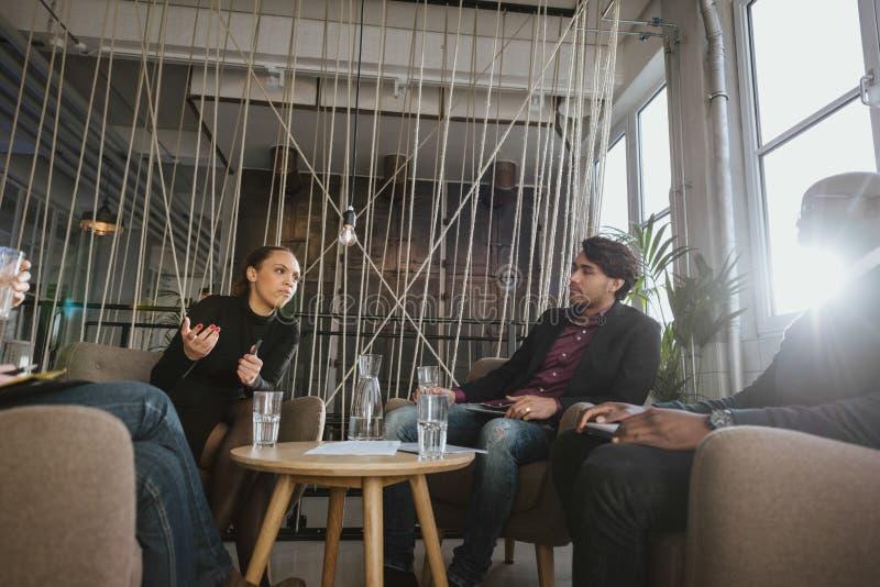 Les jeunes créatifs discutant le nouveau projet images libres de droits