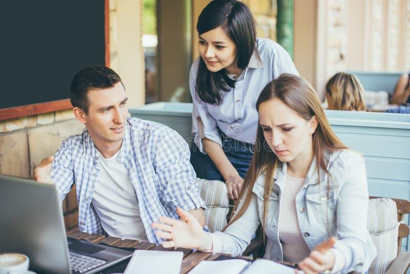 Les jeunes créatifs travaillant à des affaires projettent ensemble photo libre de droits