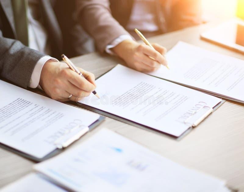 Les jeunes d'affaires dans l'entrevue d'emploi, signée un contrat de travail avec le patron dans le bureau photographie stock libre de droits