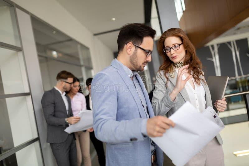 Les jeunes d'affaires rencontrant la discussion de conf?rence d'entreprise photographie stock
