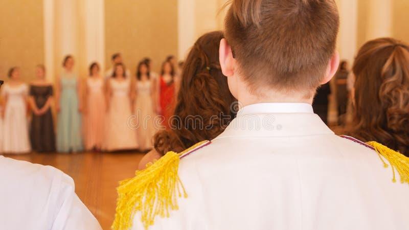 Les jeunes dans costumes historiques à la boule de reconstitution photographie stock